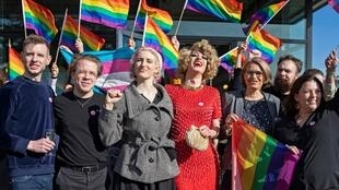 Líderes en favor de los derechos de la comunidad LGBTI aplaudieron la aprobación de la iniciativa durante su reunión de campaña en Berna, Suiza, el 09 de febrero de 2020.