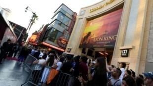 """Des personnes font la queue devant le Dolby Theatre pour la première du film """"Le Roi Lion"""", le 9 juillet 2019 à Hollywood"""