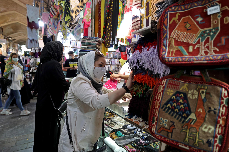 Iraníes haciendo compras en el Gran Bazar en Teherán. Archivo
