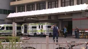 ضابط في الشرطة أمام مستشفى إثر إطلاق نار استهدف مسجدين في مدينة كرايستشيرش