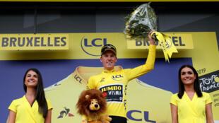 Sorpresivamente, el holandés Mike Teunissen se hizo merecedor de la camiseta amarilla que distingue al líder de la clasificación general del Tour de Francia. Bruselas, Bélgica, el 6 de julio de 2019.