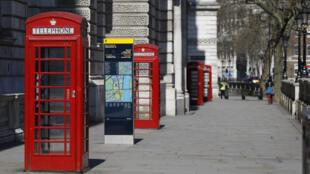 Des cabines de téléphonique dans des rues quasi vides de Londres, le 25 mars 2020