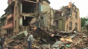 Des habitants du village de Sakhu, au nord de la capitale népalaise, au milieu des ruines de leur maison.