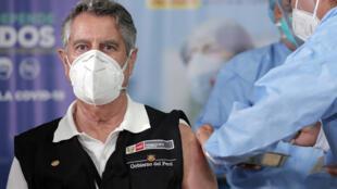 Le président par intérim du Pérou, Francisco Sagasti, se fait vacciner contre le Covid-19 à Lima, le 9 février 2021