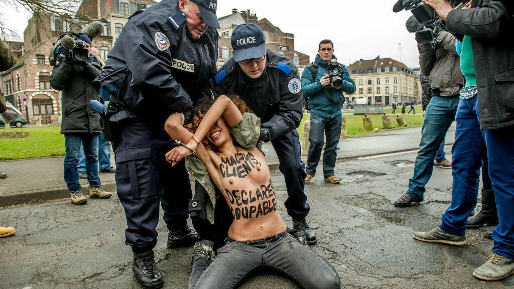 Une des trois militantes Femen arrêtées à Lille, le 10 février 2015,  pour avoir manifesté seins nus lors du procès du Carlton.