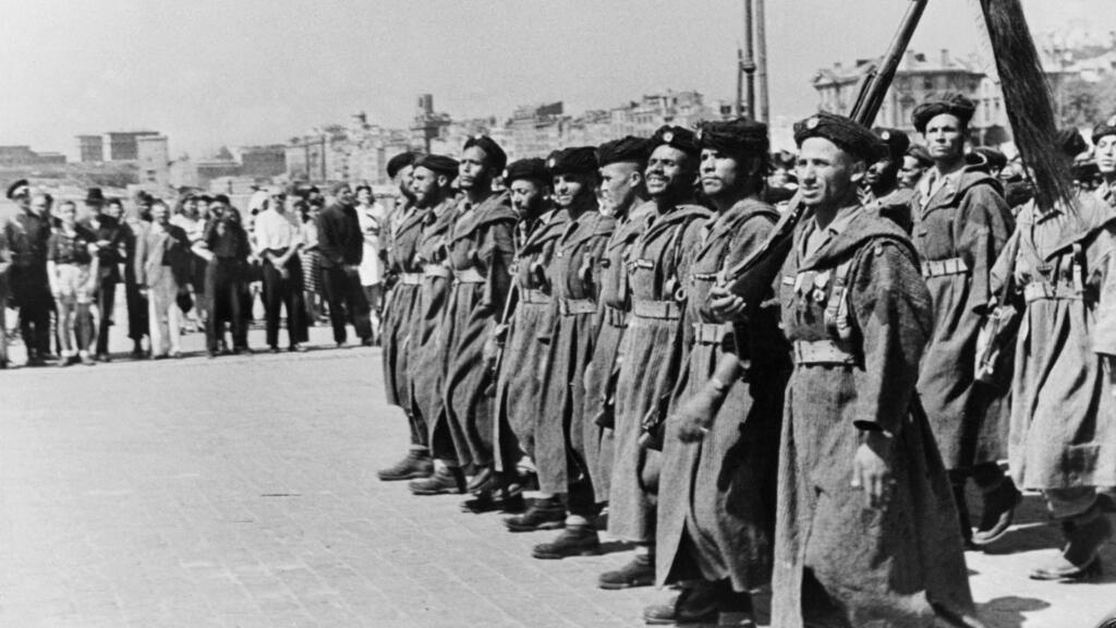 Los goumiers norteafricanos desfilan sobre el puerto de Marsella, Francia, en agosto de 1944, pocos días después del desembarco en Provenza.