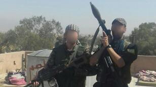 André Hébert aux côtés d'un soldat des YPG.