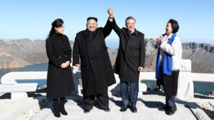 Kim Jong-un et Moon Jae-in, entourés de leur épouse Ro Sol-ju et Kim Jung-sook, au sommet du mont Paektu.
