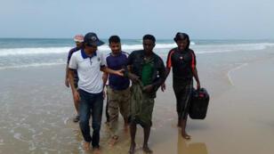 La Organización Internacional para las Migraciones (OIM) asiste a los sobrevivientes en la playa, después de que una embarcación se hundiera frente las costas de Yemen. 6 de junio, 2018.