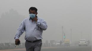 Un hombre camina en una Nueva Delhi envuelta en la niebla de la contaminación este 3 de noviembre de 2019 en medio de la peor crisis de polución que vive la capital india