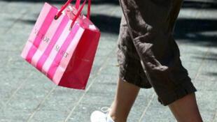 """التسوق في أحد متاجر """"فيكتورياز سيكريت"""" في سان فرانسيسكو في 2011"""