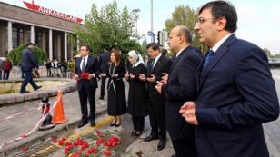 Le Premier ministre turc Ahmet Davutolgu se recueille sur les lieux de l'attentat à Ankara, le 13 octobre.