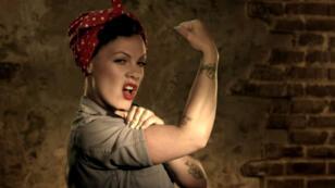 """Pink imite le poster """"We Can Do It !"""" dans le clip """"Raise your glass""""."""