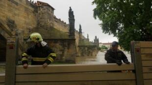 À Prague, des barrages ont été installés le long de la Vltava