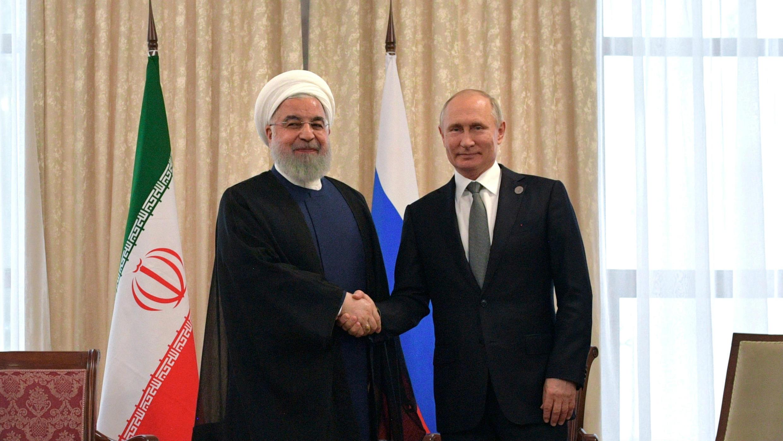 El presidente de Irán, Hasan Rohani (i), y el presidente de Rusia, Vladimir Putin (d), asisten a una reunión al margen de la cumbre de la Organización de Cooperación de Shanghái (SCO) en Biskek, Kirguistán, el 14 de junio de 2019.