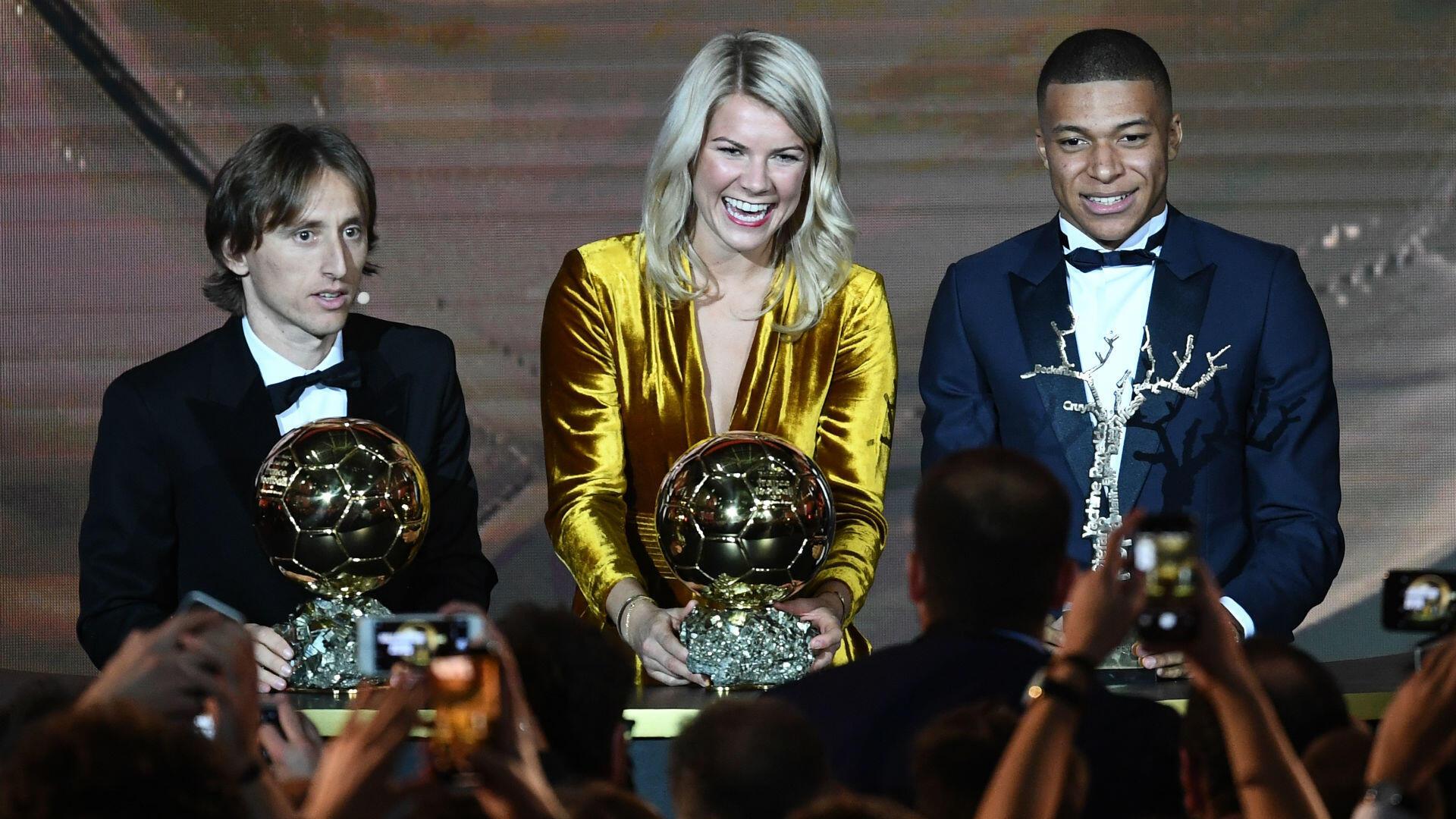 Malgré la victoire des Bleus en Coupe du monde, c'est le Croate Luka Modric qui soulève le Ballon d'Or en 2018. Chez les femmes, la Norvégienne de l'OL Ada Hegerberg est sacrée, tandis que le Français Kylian Mbappé décroche le Trophée Kopa, décerné au meilleur joueur de moins de 21ans.