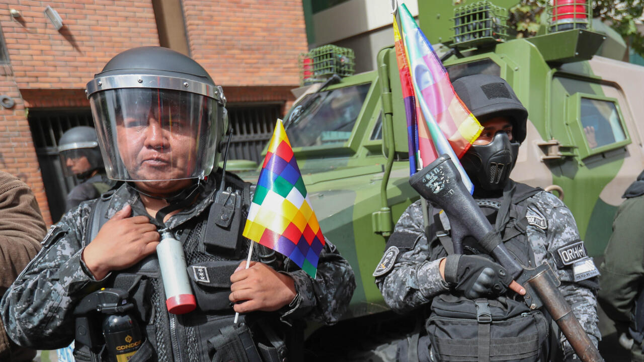 En días pasados, tras la salida del expresidente Evo Morales de Bolivia, y ante el ascenso de la autoproclamada presidenta interina Jeanine Añez, un jefe de la policía tuvo que disculparse luego de que circularan videos de sus oficiales arrancando la bandera de sus uniformes. Por ahora, la Whipala seguirá siendo un símbolo oficial, pero sigue dividiendo a muchos en el país. 11 de noviembre de 2019. La Paz, Bolivia.