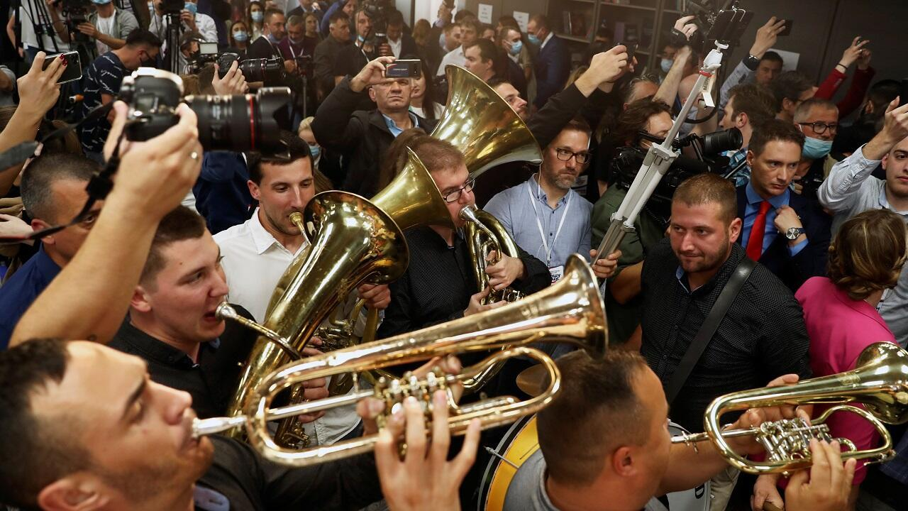 Una orquesta toca en la sede del Partido Serbio Progresista (SNS) horas después del cierre de urnas en Belgrado, Serbia, el 21 de junio de 2020.
