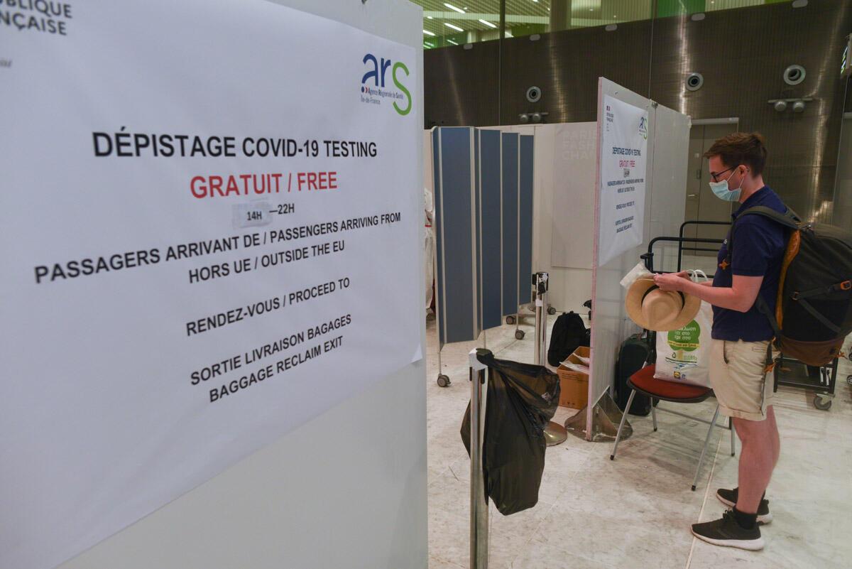 Un voyageur fait la queue au centre de dépistage Covid situé au terminal 2E à l'aéroport Roissy-Charles-de-Gaulles, le 04 août 2020