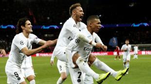 Neymar, de Paris St Germain, celebra su segundo gol con Kylian Mbappe y Edinson Cavani .