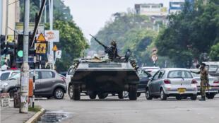 Un transport de troupes de l'armée zimbabwéenne dans les rues de la capitale Harare, le 15 novembre 2017 au matin.