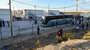 """Toute la journée, des cars ont transoprté les 1500 mineurs isolés de la """"jungle"""" de Calais vers des centres d'accueil."""