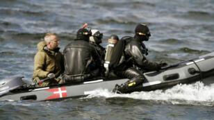 Des policiers danois en mission en mer pour retrouver le corps de Kim Wall, le 22 août 2017.