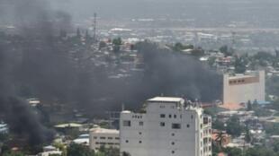 إحراق سيارات بالقرب فندق أواسيس في عاصمة هايتي 8 تموز/يوليو 2018