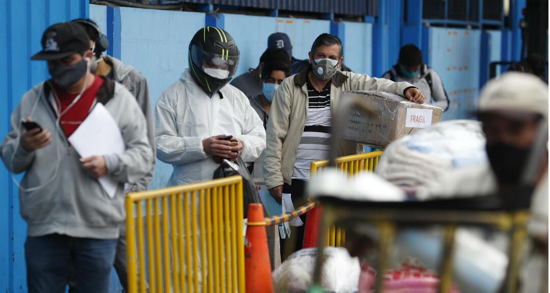 Imagen de archivo. Un grupo de personas espera embarcarse en un bus interprovincial en un terminal en Lima, Perú.