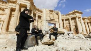موسيقيون يعزفون فوق أنقاض المسرح الروماني في تدمر في 4 آذار/مارس 2017
