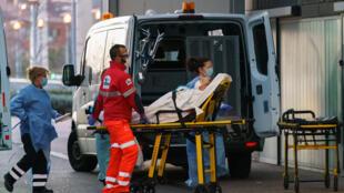 Du personnel médical transporte un patient pour être soigné à l'hôpital de Burgos, le 25 mars 2020
