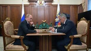 El presidente ruso Vladimir Putin (Izq.) y el ministro de Defensa Sergéi Shoigú conversan sobre la tragedia del subamarino ruso en Moscú, el 2 de julio de 2019.