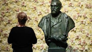 Le buste d'Alfred Nobel dans la grande salle de concert de Stockholm, le 10 décembre 2019