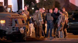 Agentes del FBI se reúnen frente el hotel Tropicana hotel-casino este lunes 2 de octubre tras el tiroteo que dejó al menos 50 personas muertas en Las Vegas, Nevada.