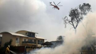 Un helicóptero trabaja para contener un incendio forestal a lo largo de la carretera Old Bar en Nueva Gales del Sur, Australia. 9 de noviembre de 2019.