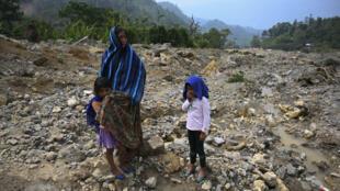 Indígenas el 30 de abril de 2021 en un sitio destruído por un deslizamiento de terreno en el pueblo guatemalteco de Quejá