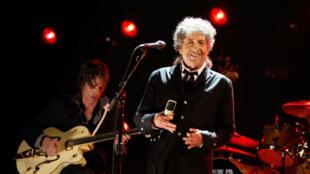 Le chanteur américain Bob Dylan lors d'un concert au Hollywood Palladium de Los Angeles, le 12 janvier 2012.