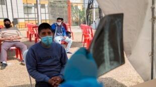 Un control médico para detectar posibles casos de coronavirus a los presos en el penal de Lurigancho en Lima, Perú, el 19 de junio de 2020.