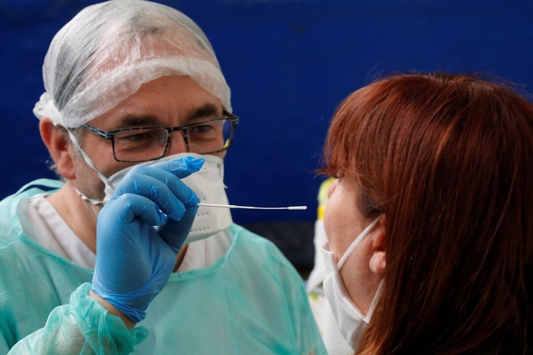 Un médico francés practica una prueba de Covid-19 en Cambrai, en medio de la pandemia en Francia el 9 de julio de 2020.