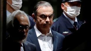 El ex presidente de Nissan Motor, Carlos Ghosn, abandona la Casa de Detención de Tokio en Tokio, Japón, el 25 de abril de 2019.