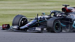 البريطاني لويس هاميلتون يقود سيارته مرسيدس بعد انثقاب أحد إطاراتها خلال جائزة بريطانيا الكبرى ضمن بطولة العالم للفورمولا واحد، في الثاني من آب/أغسطس 2020.