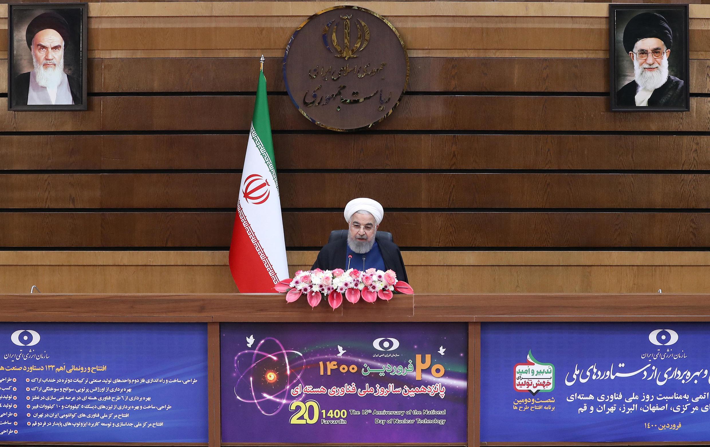 El presidente de Irán, Hasan Rohani, anuncia la puesta en marcha del servicio de nuevas centrifugadoras, en el Día Nacional de la Tecnología Nuclear, el 10 de abril de 2021.