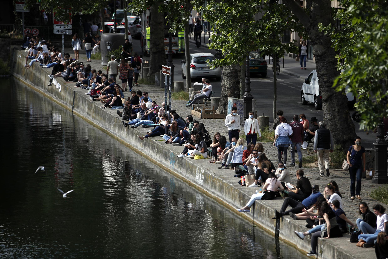 Une rive du canal Saint-Martin, le 24 mai 2020 à Paris.