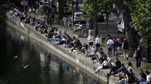 Une rive du canal Saint-Martin, le 24 mai 2020 à Paris