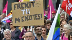 Un manifestant anti-Loi travail, le 28 juin 2016, tient une pancarte en faveur du Frexit.