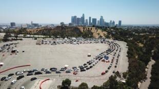أشخاص بسياراتهم ينتظرون في طابور للخضوع لاختبار كوفيد-19  في لوس انجليس في 15 تموز/يوليو 2020