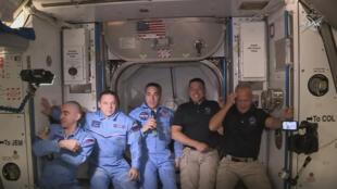 Les Américains Douglas Hurley et Robert Behnken posent avec d'autres astronautes à bord de la Station spatiale internationale, le 31 mai 2020.
