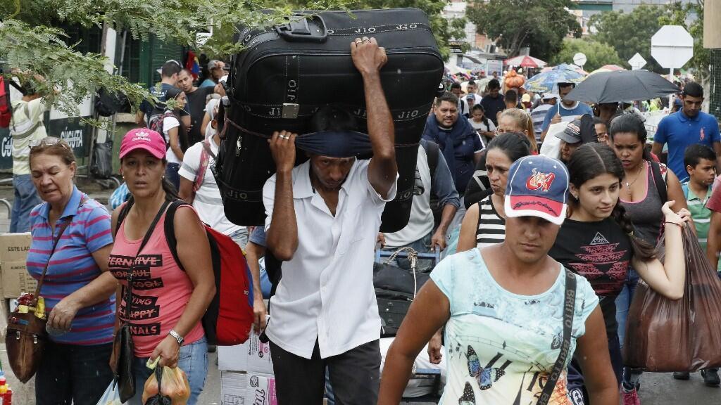 Ciudadanos venezolanos cruzan el puente de Cúcuta en Colombia. La crisis migratoria en Venezuela sigue aumentando y la UE pide ayuda a la comunidad internacional. 19 de octubre, Cúcuta, Colombia.