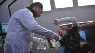 طبيب يفحص طفلة في مستشفى بمحافظة الحسكة شمال شرق سوريا - 2 أبريل-نيسان 2019.
