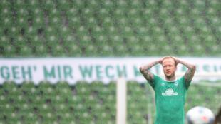 Le milieu allemand de Brême, Philipp Bargfrede, dépité après la défaite face à Wolfsburg, lors du match de Bundesliga à domicile, le 7 juin 2020
